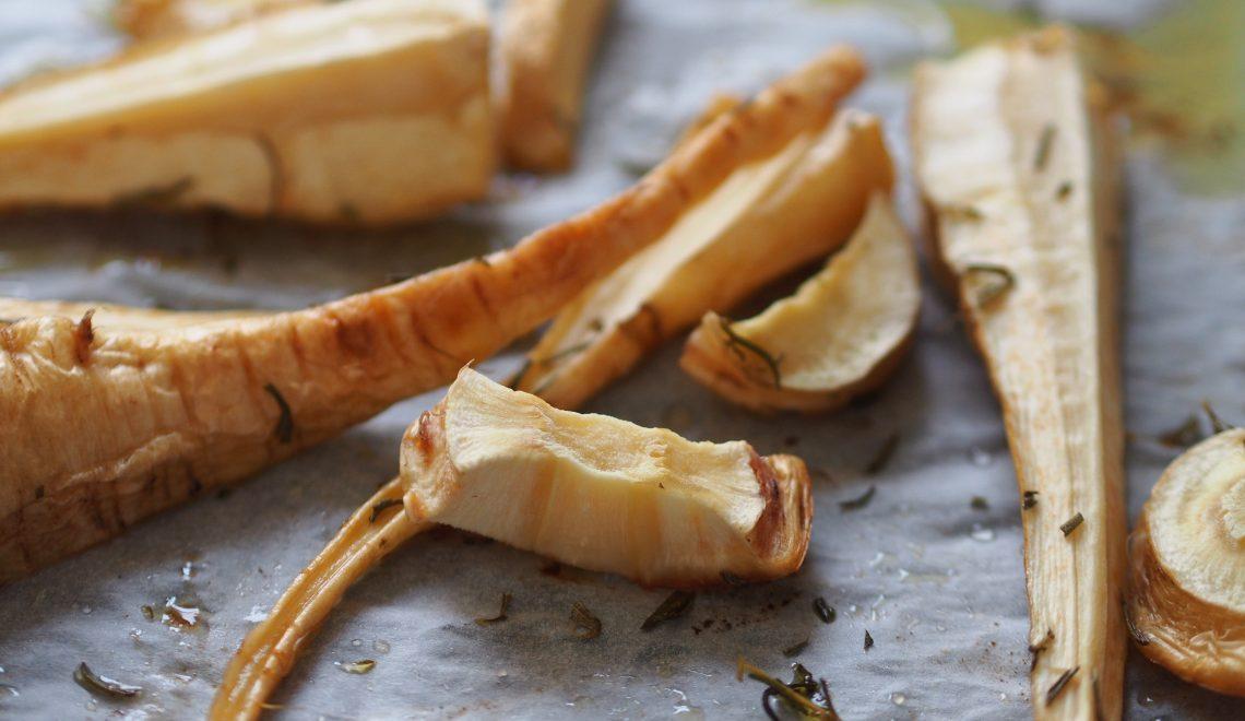 Wurzelgemüse Rosmarin Thymian Petersilie Karotten Möhren Ofen Backrohr Rezept Olivenöl Blech essen Beilage schnell