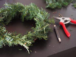 Weihnachten Advent DIY Zuhause Wohnen Deko Tannenzweige Zierapfel Schleife Blumendraht basteln